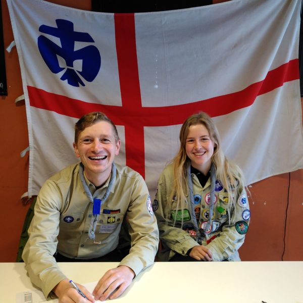 Eric und Julia vor DPSG Banner